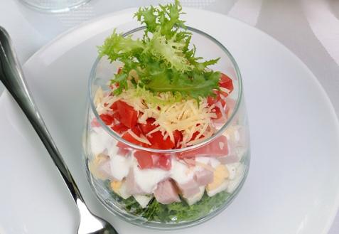 Рецепт на Новый год: Порционный салат с копченой курицей