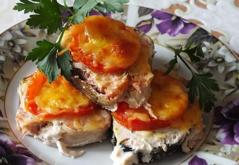 Горбуша, запеченная с сыром и помидорами (видео)