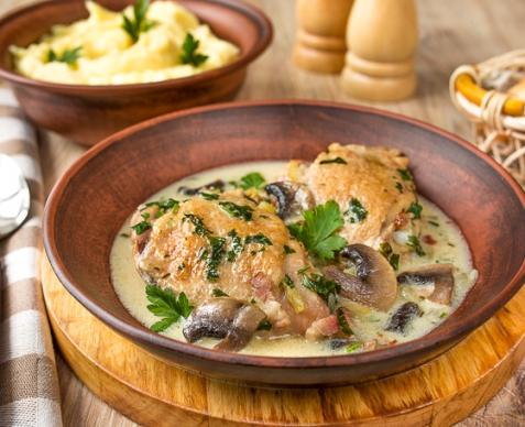 Курица, тушенная в белом вине с грибами