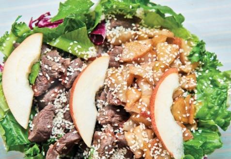 Теплый салат с говядиной и грушей