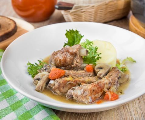 Тушеные свиные ребрышки с овощами