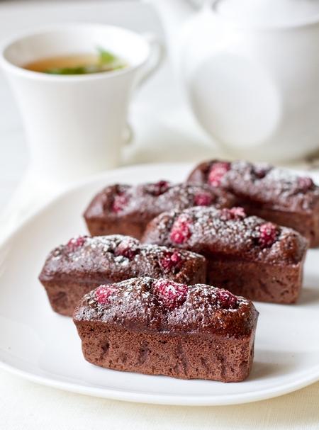 Шоколадно-миндальные финансье с малиной