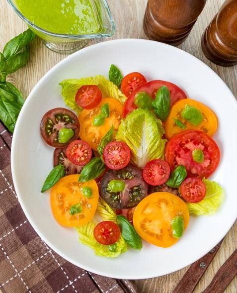 Летний томатный салат с базиликовой заправкой