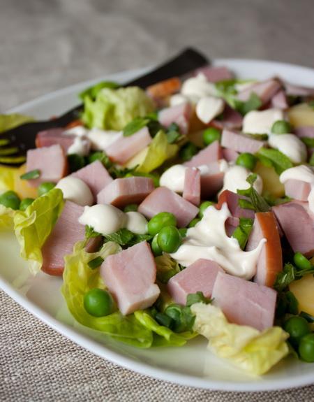 Салат из окорока и горошка