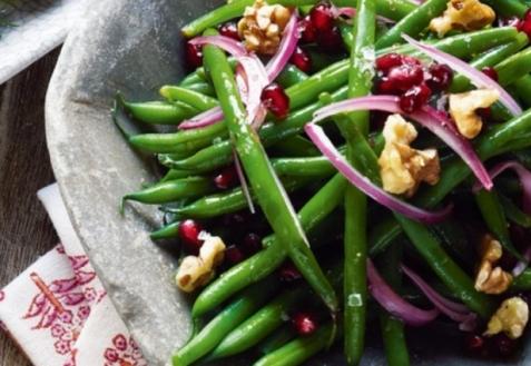 Стручковая фасоль с красным луком и грецкими орехами