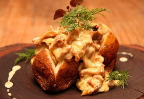 Печеный картофель, фаршированный грибами