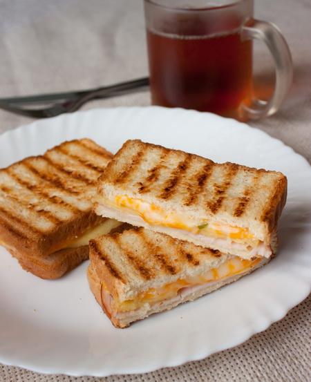 Сэндвич-гриль с ветчиной и ананасом