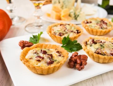 Тарталетки с грушей и голубым сыром