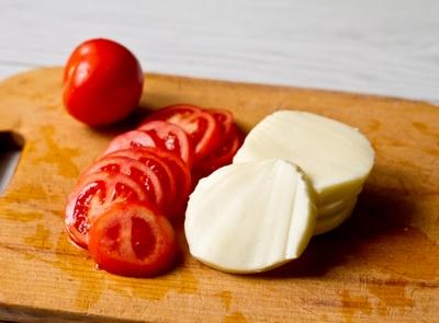 Сыр и томаты