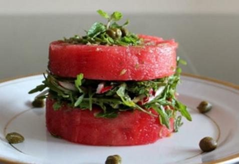 Салат из арбуза, рукколы и редиса