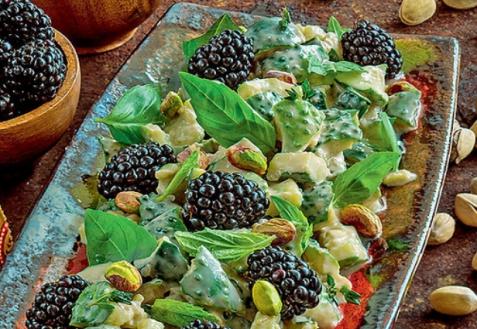 Салат изогурцов сежевикой ифисташками