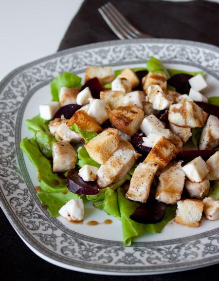 Теплый салат из курицы со свеклой и сухариками
