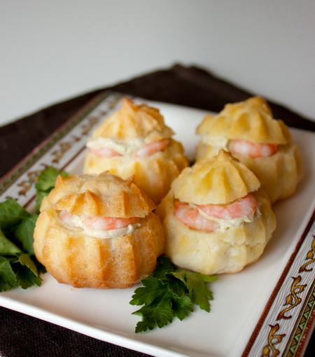 Закусочные профитроли со сливочным кремом и креветками