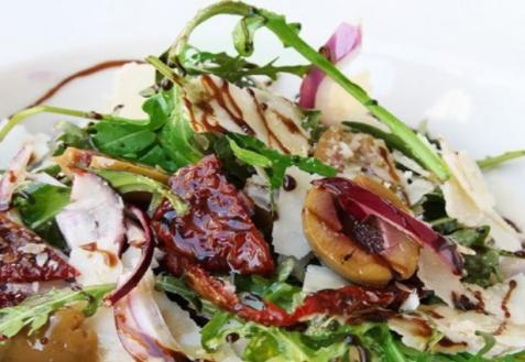 Итальянский салат из рукколы с вялеными томатами и оливками