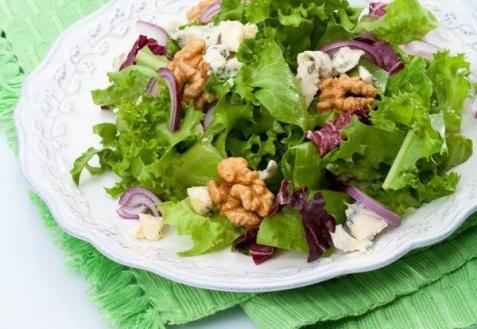 Салат с голубым сыром и орехами
