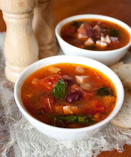 Мясной суп с фасолью и томатами