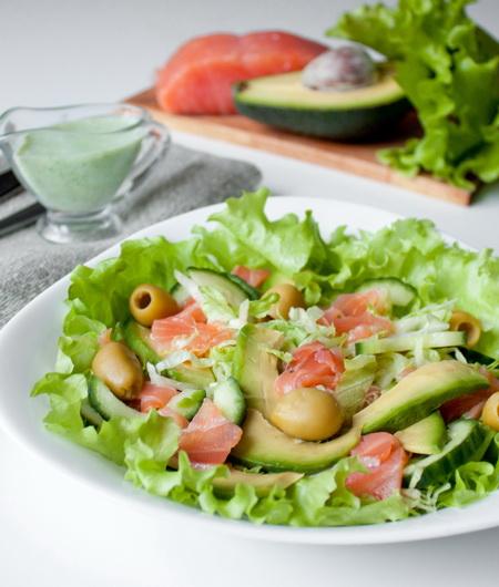 Салат с малосольной форелью и авокадо