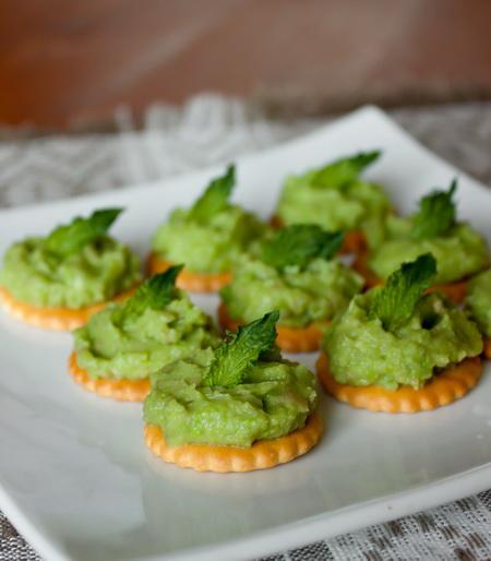Паштет из зеленого горошка и авокадо с мятой