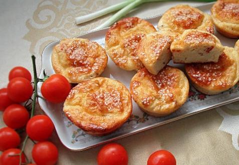 Творожные кексы с помидорами и голубым сыром