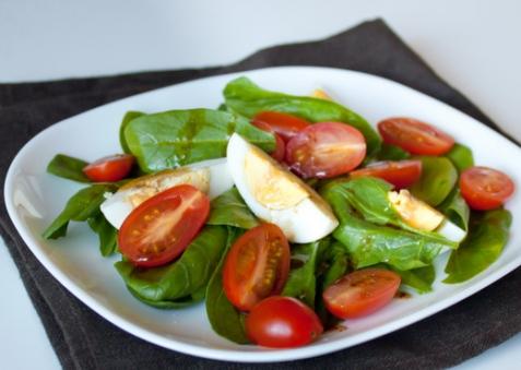 Салат со шпинатом, яйцами и помидорами