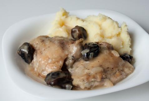 Тушеная курица с черносливом в винной подливке