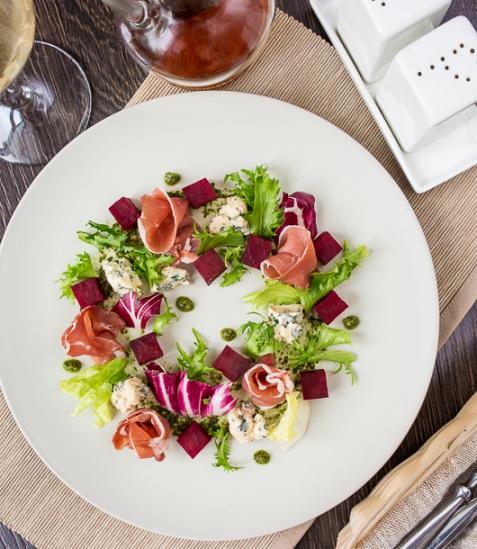 Салат с печеной свеклой, голубым сыром и вяленым окороком