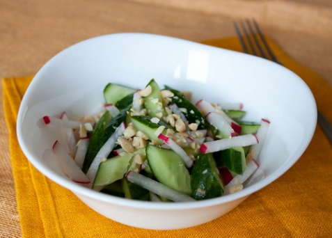 Салат с огурцами и редисом
