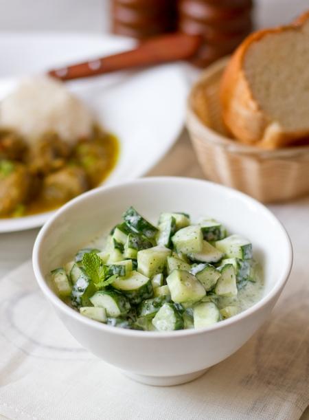 Огуречный салат с мятно-йогуртовой заправкой