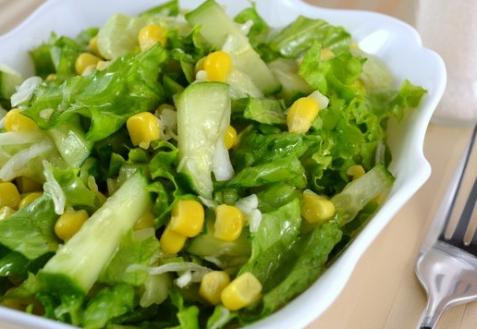 Рецепт - Салат с огурцами и кукурузой