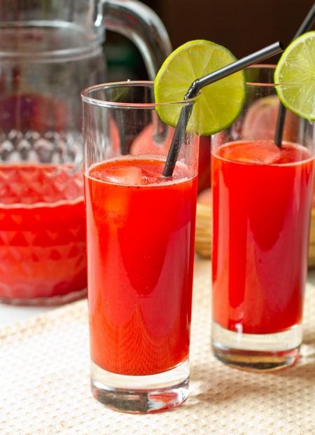 Клубнично-лаймовый освежающий напиток