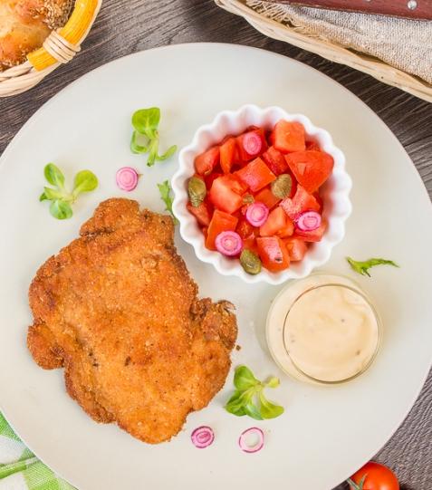Шницель из курицы с томатным салатом