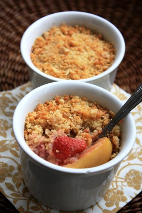 Рецепт - Крамбл с яблоками и клубникой