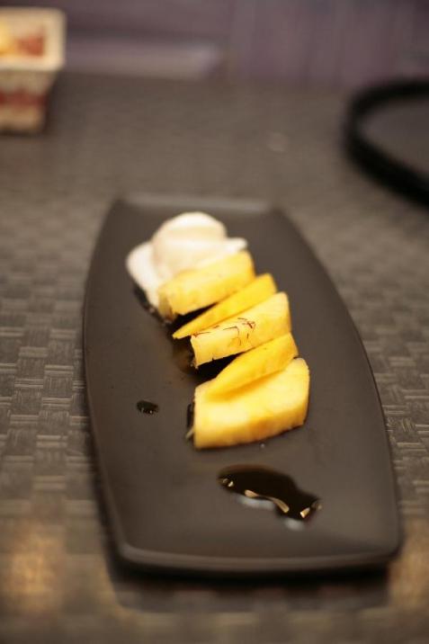 Летний десерт – Жареные ананасы и манго с соусом «Эхинацея» и лимонным сорбетом