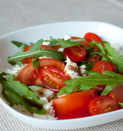 Салат с помидорами, моцареллой и рукколой