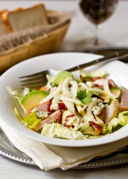 Сытный салат с копченой курицей и авокадо