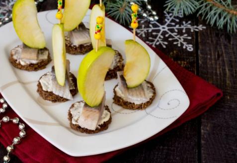 Рецепт на Новый год: Канапе с сельдью и яблоком