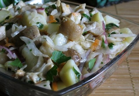 Салат с грибами, картофелем и квашеной капустой