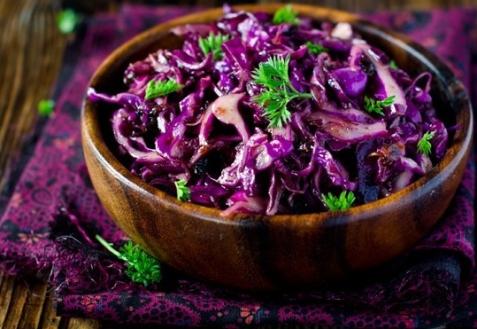 Салат из красной капусты с черносливом (видео)
