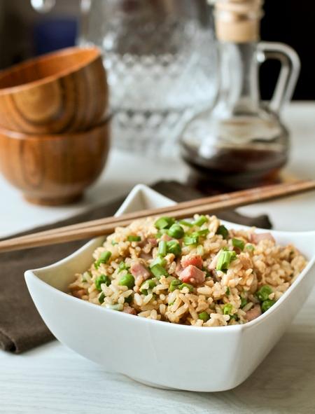 Жареный рис с ветчиной и горошком по-китайски