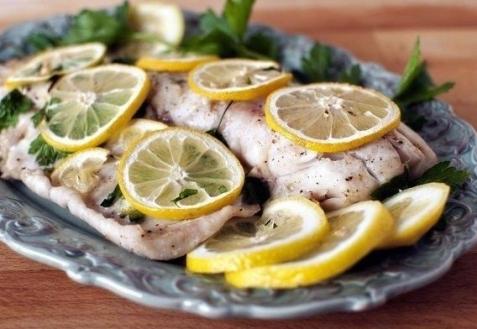 Белая рыба с лимоном и петрушкой