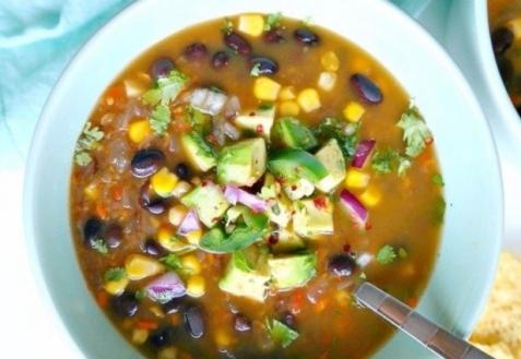 Острый вегетарианский суп с черной фасолью