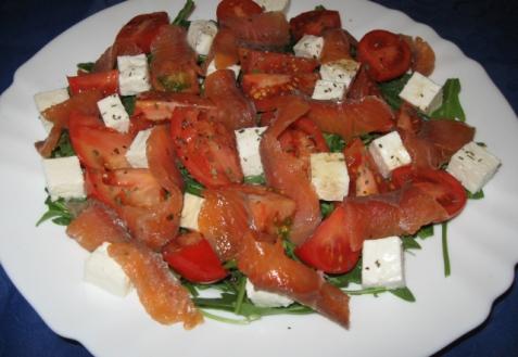 Салат с рукколой, помидорами и семгой