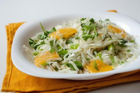 Салат из капусты с апельсинами и зеленью