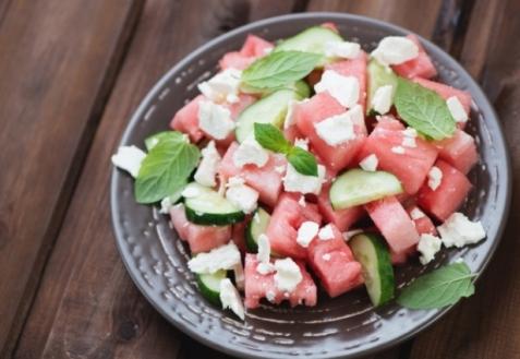 Салат с арбузом, огурцами и сыром фета