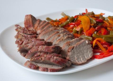 Свиная вырезка с запеченными овощами в азиатском стиле