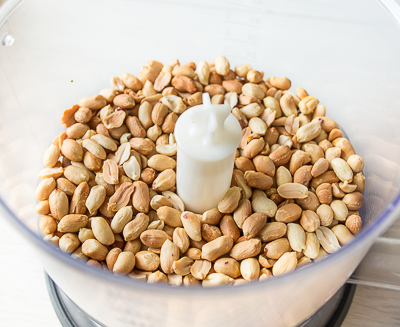 Кладем арахис в блендер