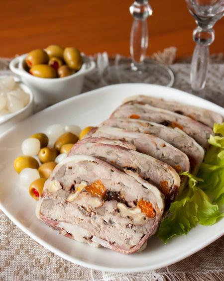 Террин из свинины с куриной печенью и сухофруктами