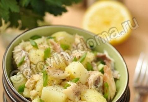 Картофельный салат с копченой скумбрией