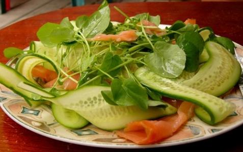 Салат с семгой и кресс-салатом - рецепт