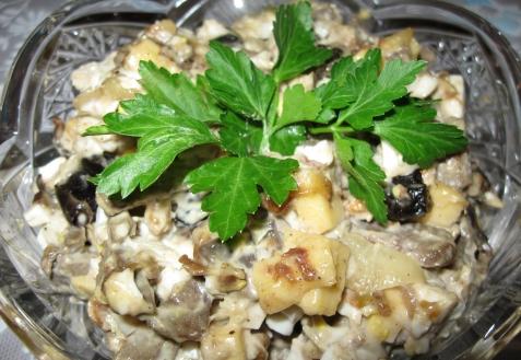 Салат спеченью, грибами ичерносливом